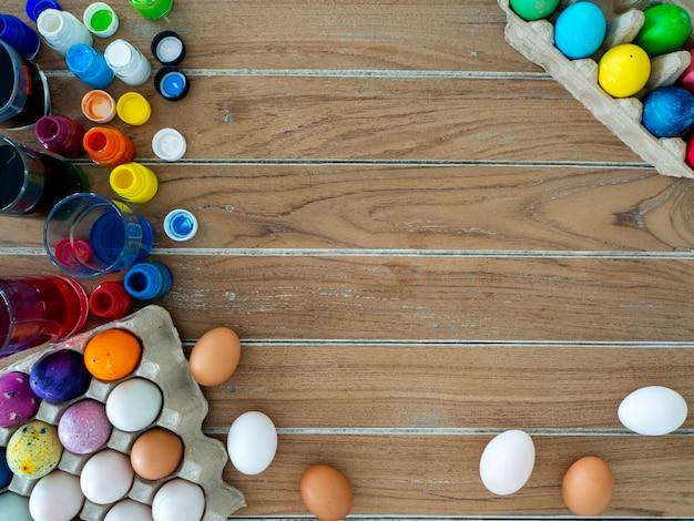Buona pasqua! dipingere le uova di pasqua.