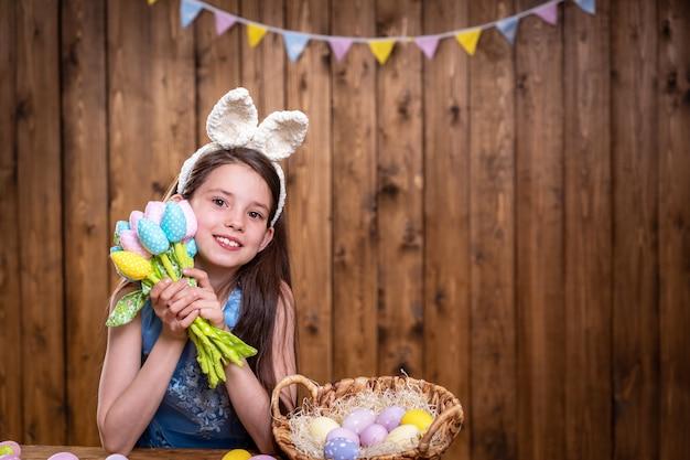 Buona pasqua! la piccola neonata sveglia indossa le orecchie del coniglietto il giorno di pasqua.