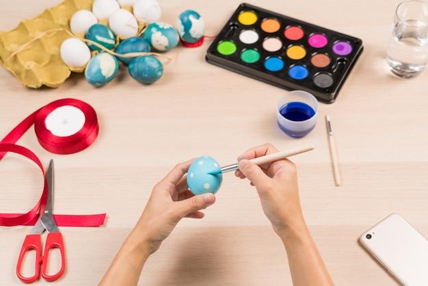 Buona pasqua, le donne sta dipingendo le uova di pasqua per la festa del giorno di pasqua