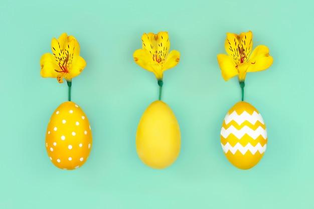 Buona pasqua. uova di pasqua gialle con i fiori della molla gialla