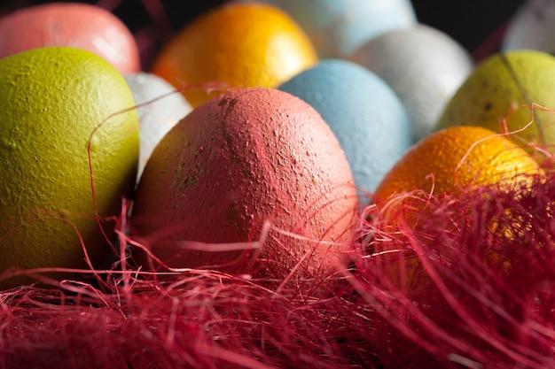 Buona pasqua! uova di pasqua su fondo di legno