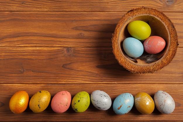 Buona pasqua! uova di pasqua su fondo in legno