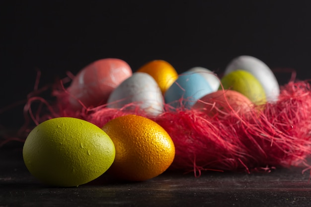 Buona pasqua! uova di pasqua su legno