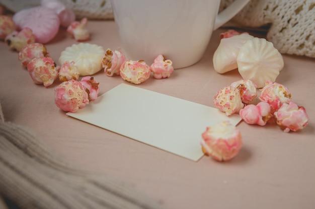Buongiorno con cioccolata calda sul tavolo di legno