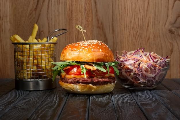 Burger con patatine fritte e insalata di cavolo rosso