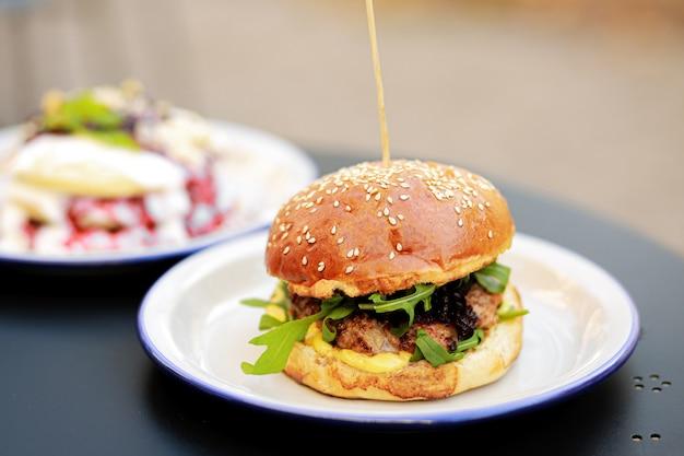 Burger. porta blu con ghirlanda di natale e stelle filanti. posto per il copywriting. sfondo di natale. sfondo blu. struttura. concetto di nuovo anno