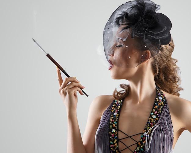 Burlesque. ragazza attraente in un bel vestito