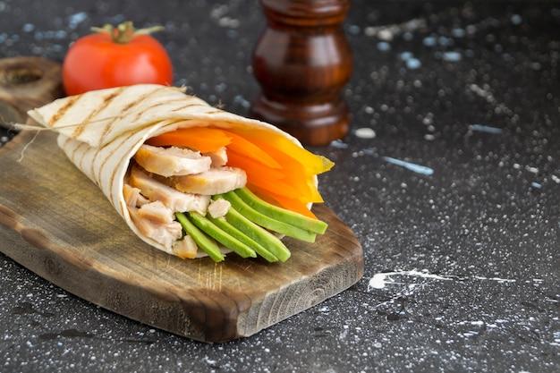 Burrito con pollo alla griglia e verdure (fajitas, pane pita, shawarma)