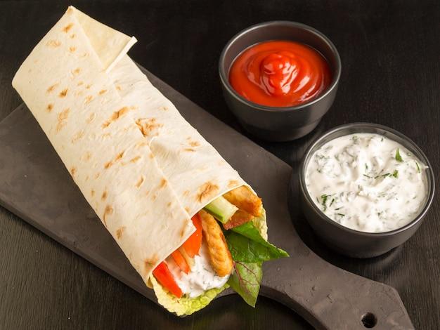 Burrito con pollo e verdure grigliate (fajitas, pane pita, shawarma)