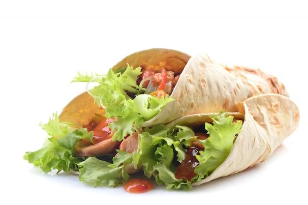 Burrito messicano con pollo e verdure isolate