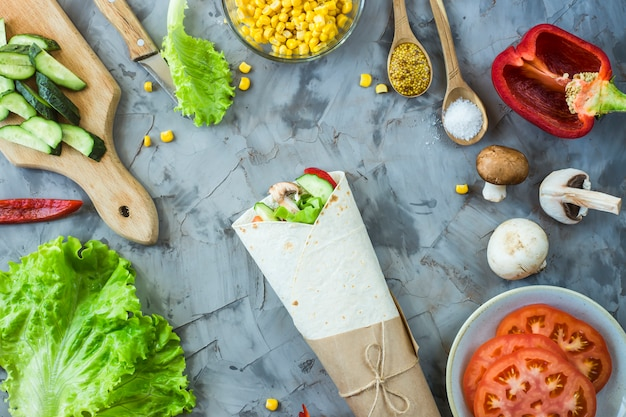 Burrito vegano di verdure, funghi e tortillas