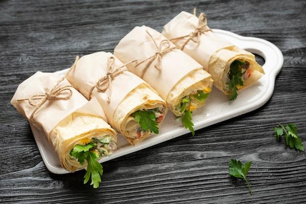 Burritos ad alto angolo sul piatto