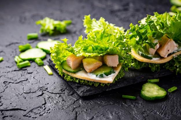 Burritos chetogenici a basso tenore di carboidrati avvolti in lattuga