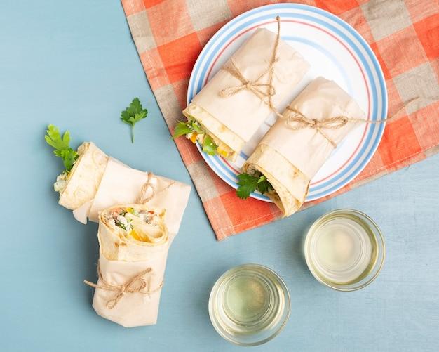Burritos di vista superiore sul piatto