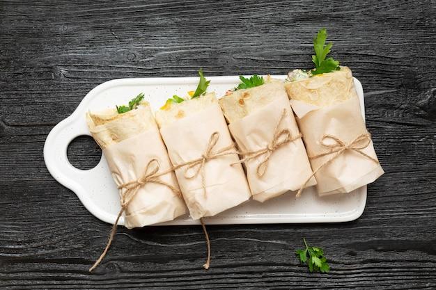 Burritos piatti laici su fondo in legno