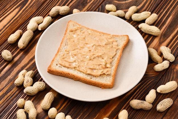 Burro di arachidi cremoso con pane tostato
