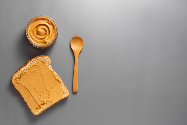 Burro di arachidi e pane tostato di arachidi.