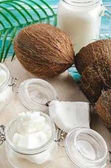 Burro di cocco su legno. alimenti biologici sani