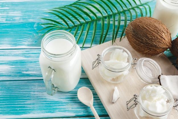 Burro di cocco su legno. concetto di cibo sano biologico