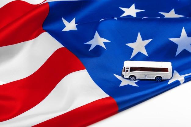 Bus giocattolo e bandiera degli stati uniti