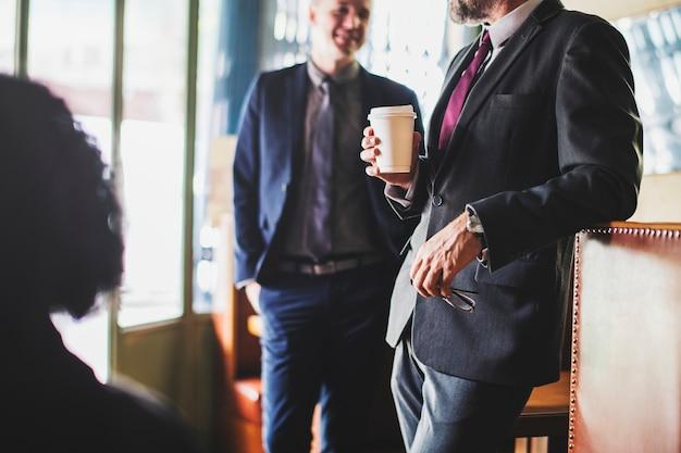 Busienssmen che fanno una pausa caffè