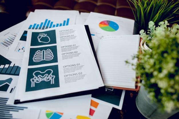 Business desk con business notebook, carta millimetrata, penna sulla scrivania