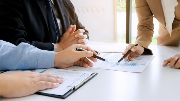 Business executives brainstorming discutendo le prestazioni di vendita su nuovo progetto nella sala ufficio moderna