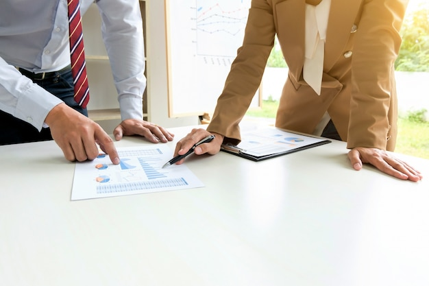 Business executives brainstorming discutendo sulla valutazione degli investimenti nella sala ufficio moderna