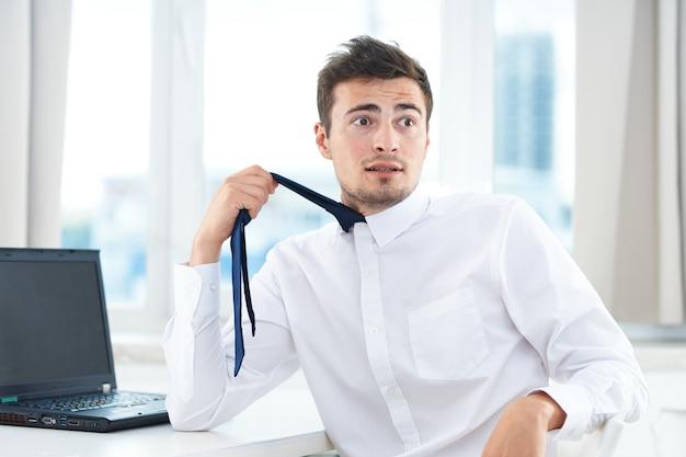 Business man shirt tie office documenti direttore esecutivo delle finanze