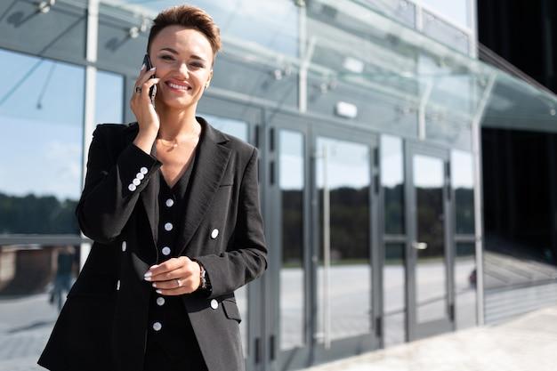 Business on the go, concetto di giovane donna d'affari di successo, professionista nella gestione aziendale