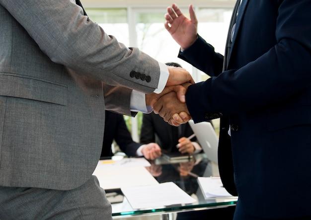 Business partner introduzione handshake bow