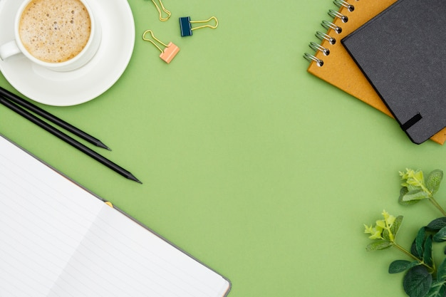 Business piatto disteso. scrivania con taccuino e tazza di caffè. piano d'appoggio, spazio di lavoro con spazio di copia.