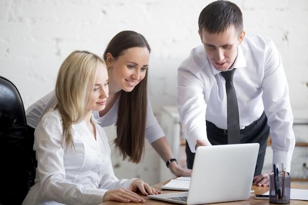 Business team che lavora al progetto