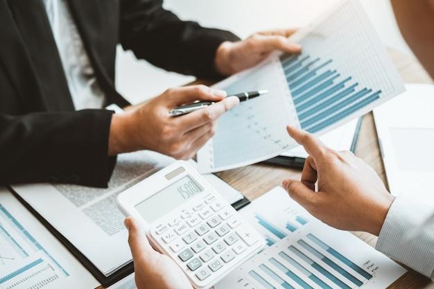 Business team consulenza incontro lavoro e brainstorming nuovi investimenti finanziari di progetti commerciali.