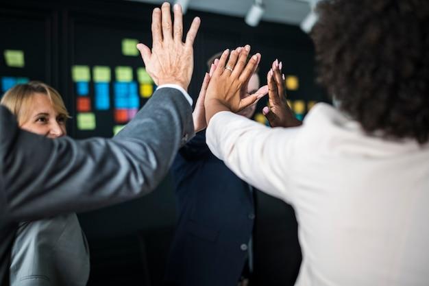 Business team dando il cinque