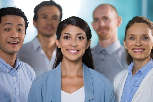 Business team di affari sorridendo alla telecamera