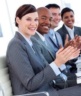 Business team internazionale che applaude una buona presentazione