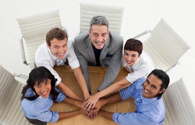 Business team internazionale con le mani insieme