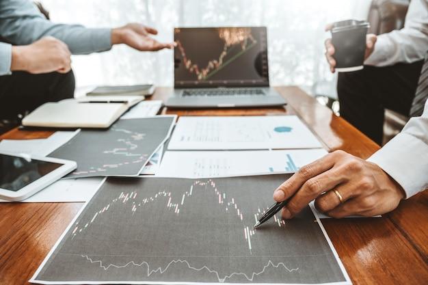 Business team investment entrepreneur trading discutendo e analizzando il mercato azionario del grafico
