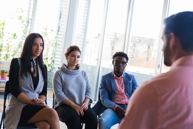 Business trainer che istruisce un gruppo di nuovi arrivati