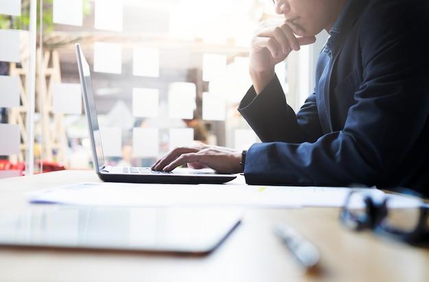 Businessman analisi di lavoro di business informazioni.