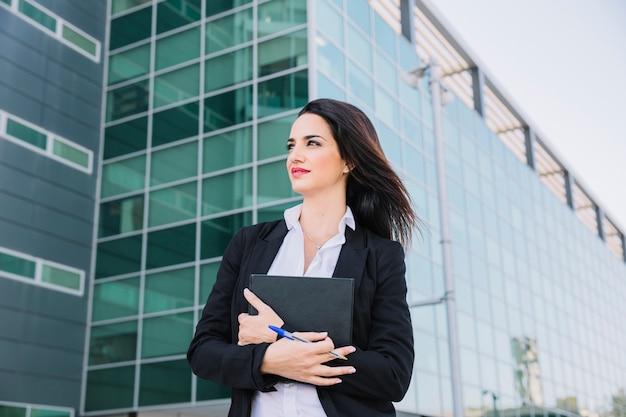Businesswoman di successo con la cartella