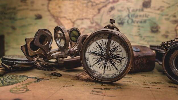Bussola antica sulla vecchia mappa