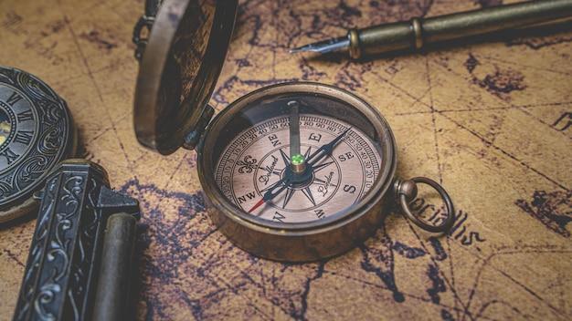 Bussola d'epoca sulla mappa del vecchio mondo