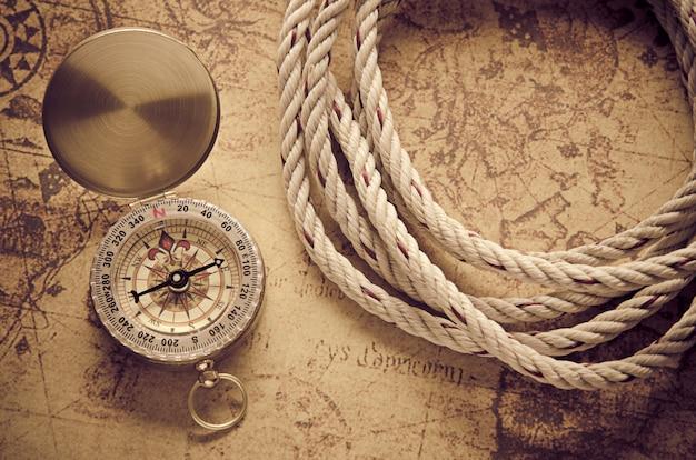 Bussola d'epoca sulla vecchia mappa