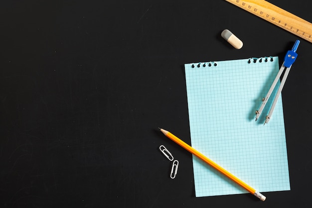 Bussola di ingegneria con sfondo di carta bianca