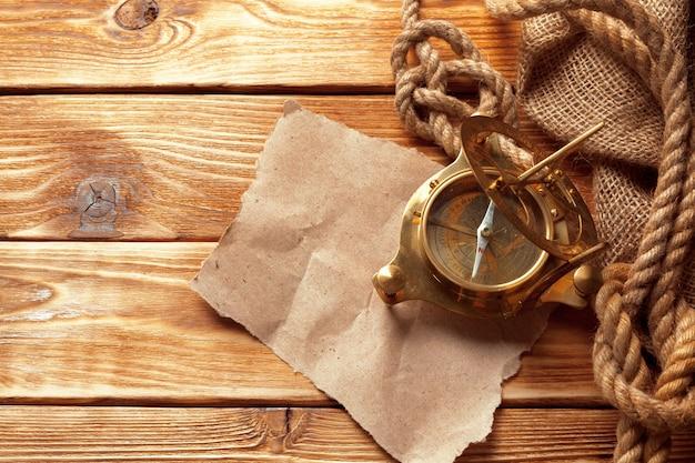Bussola e corda su vecchie tavole di legno