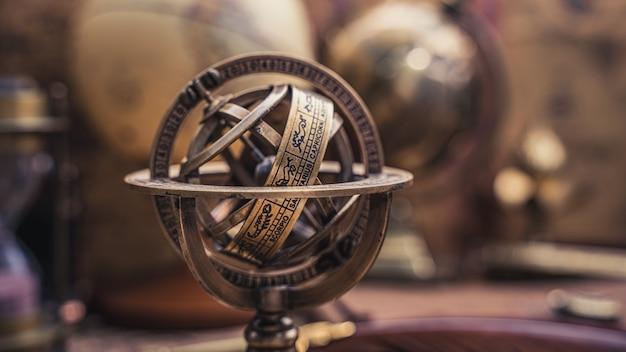 Bussola meridiana con segno zodiacale