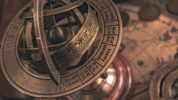 Bussola meridiana nautica con un segno zodiacale globo celeste