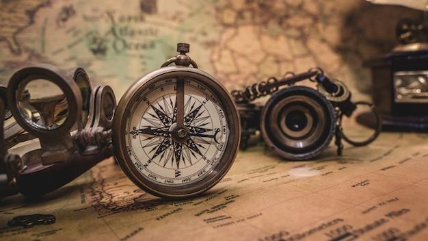 Bussola nautica antica sulla mappa